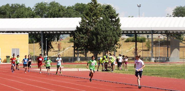 La alcaldesa de Móstoles visita las Jornadas Escolares de Atletismo