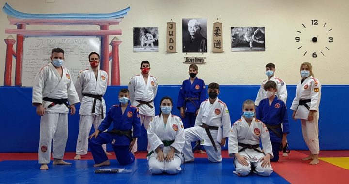 La escuela de judo del Colegio Villa de Móstoles realizó los Exámenes  de Cinturón